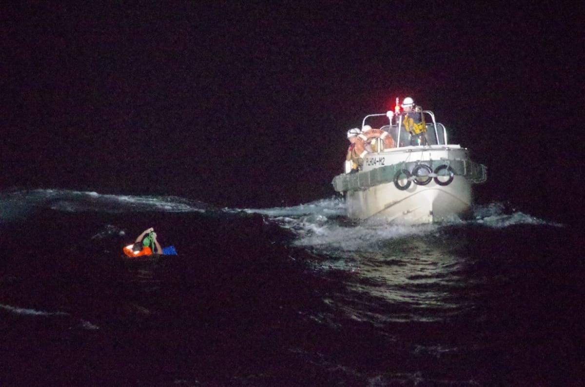 Kaatuneen karjaveneen miehistöä pelastetaan, Gulf Livestock 1