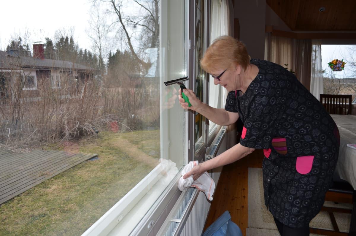 Aino Pajusto pesee mielellään ikkunat kerran-pari vuodessa, yleensä keväisin ja syksyisin.