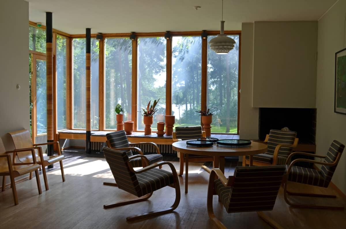 Kantolan sisustusta ja ikkunanäkymä