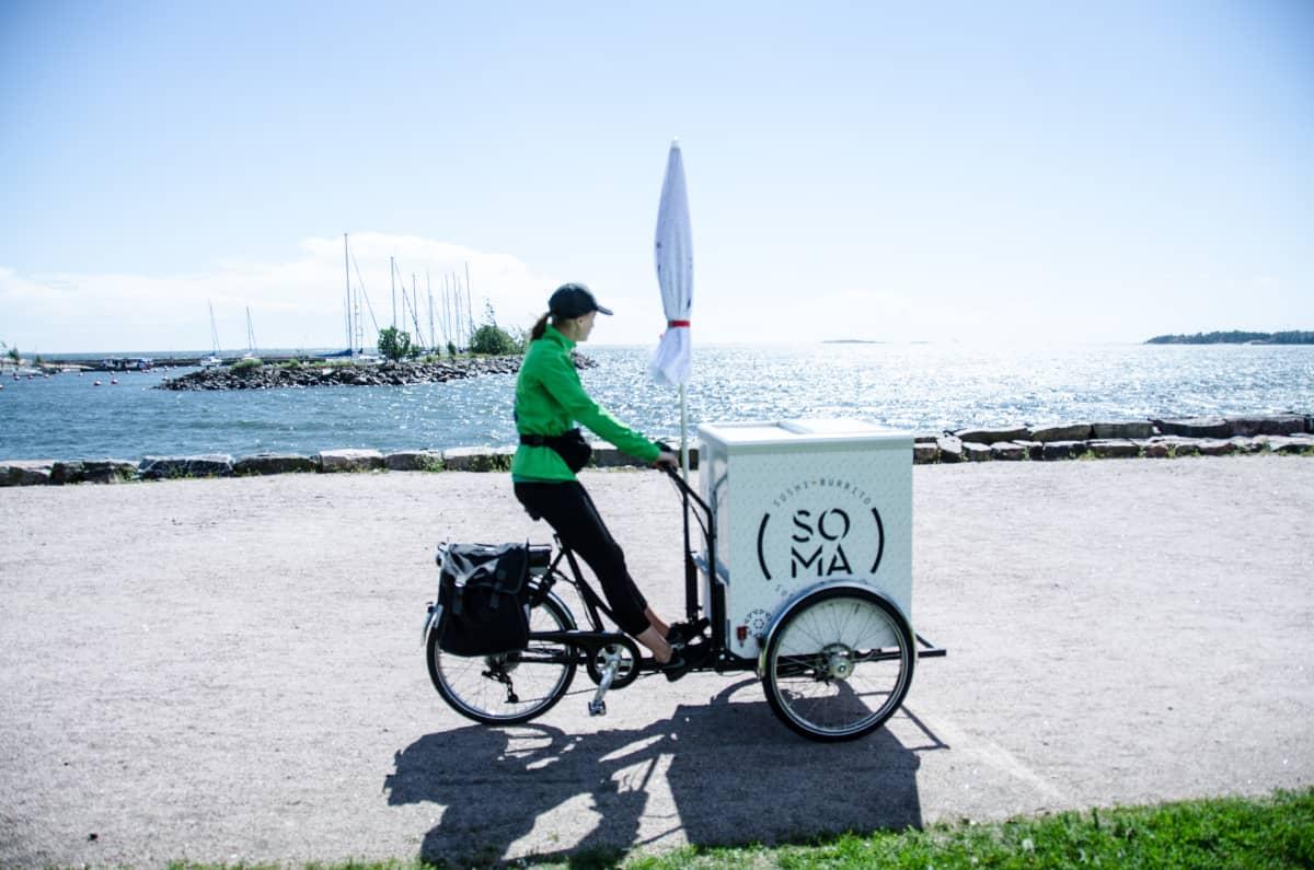 En kvinna på en cykel under sommaren 2016.