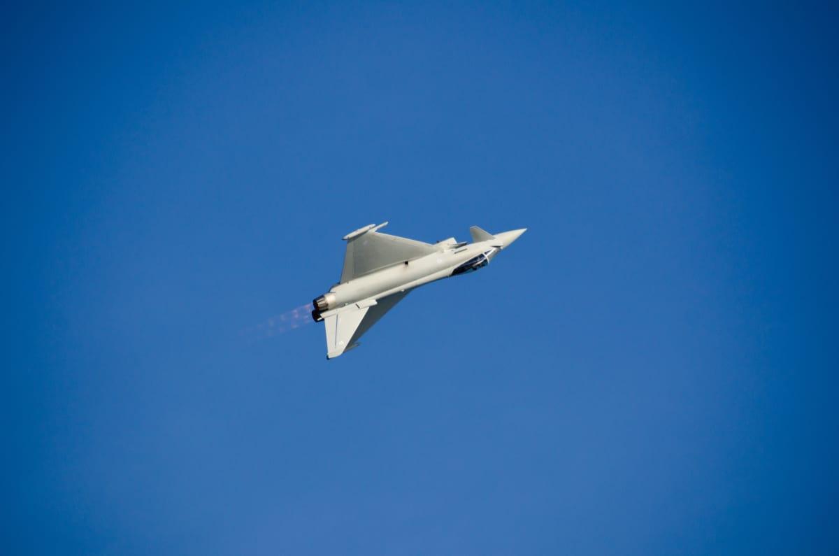 RAF Eurofighter Typhoon lentonäytöksessä Helsingin yllä