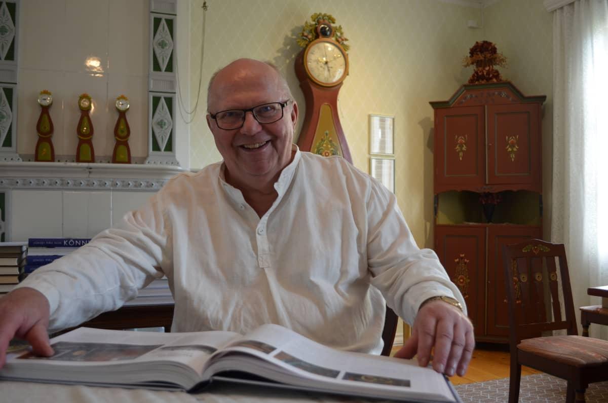 Martti Koskenkorva esittelee Könnin suvun uutta sukukirjaa