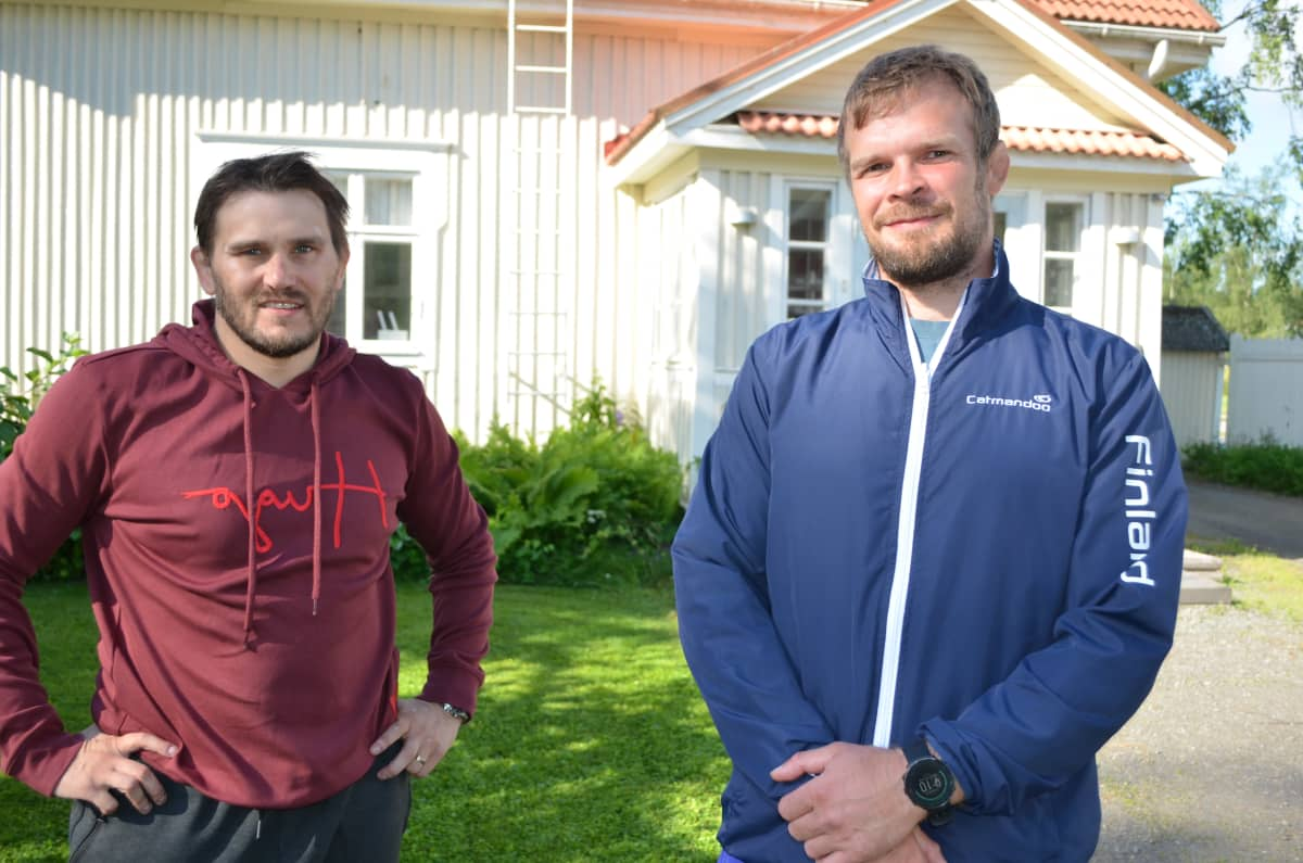 Jarkko Ala-Huikku ja Tero Välimäki seisovat omakotitalon pihalla