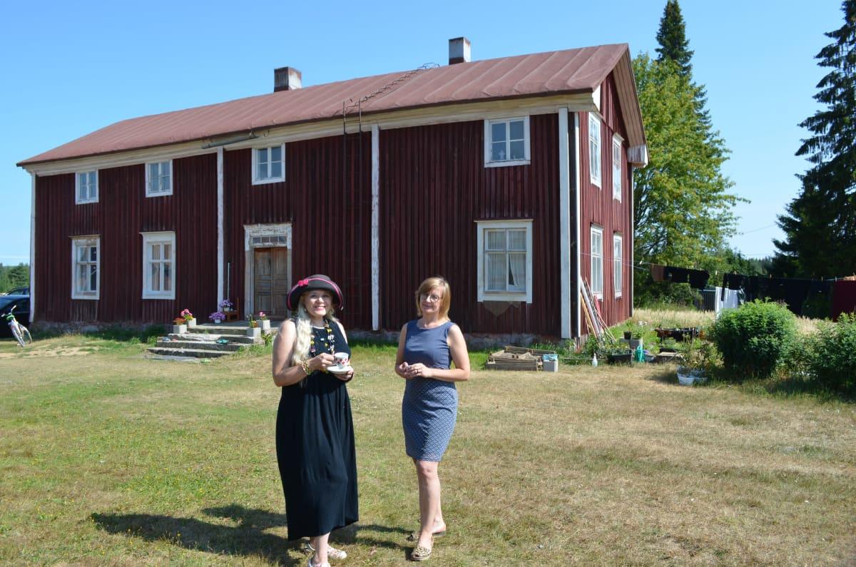 Heli Karhumäki ja Kirsi Ojala Alasen talon pihamaalla.