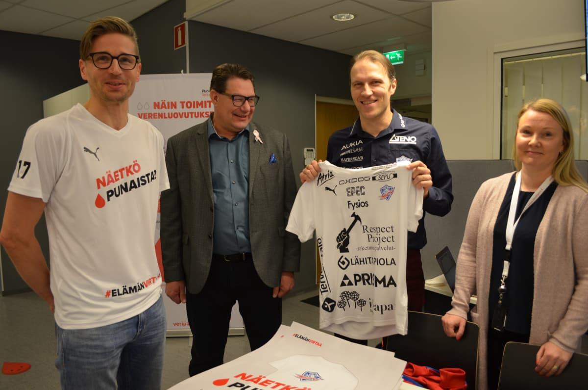 Mikko Kohonen, Petri Parviainen, Tommy Koponen ja Anu Keisala verenluovutuskampanjan lähtötunnelmissa.
