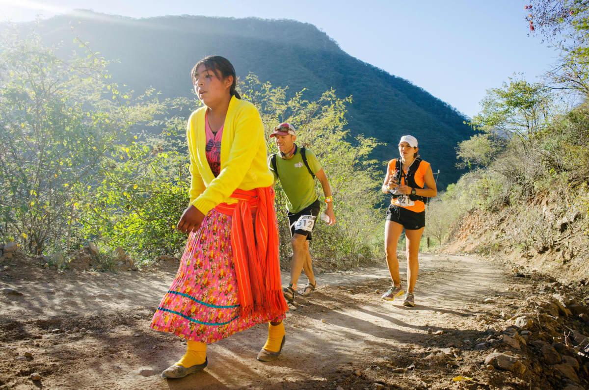 nainen ja miehiä Copper Canyon ultramaratonilla