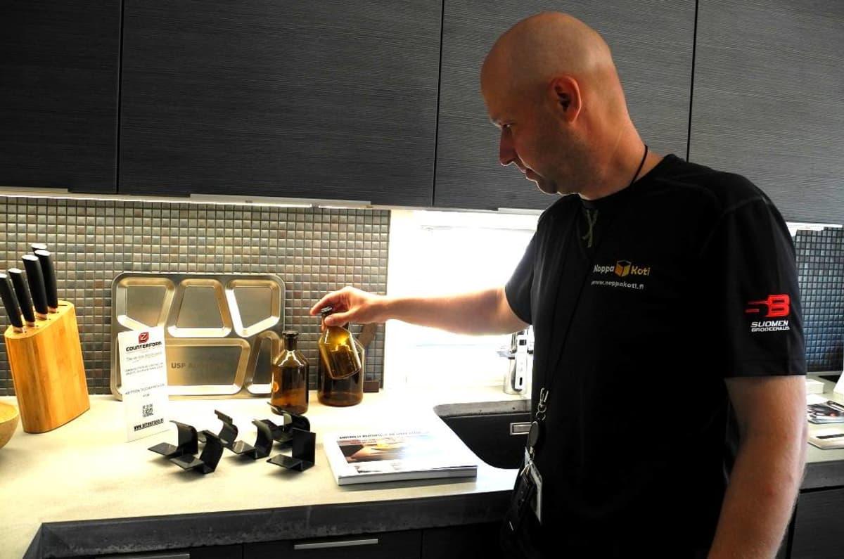 Ari Björn keittiössään.