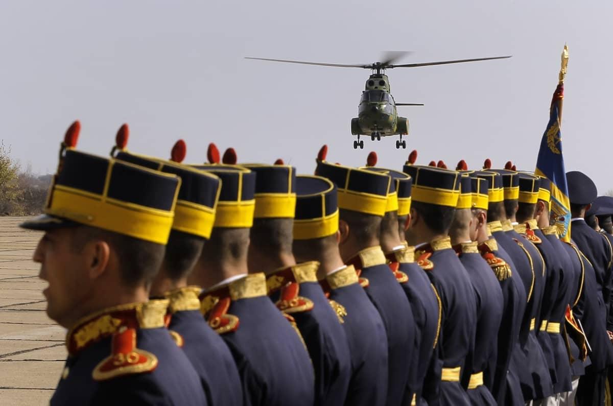 paraatijoukkoja ja helikopteri