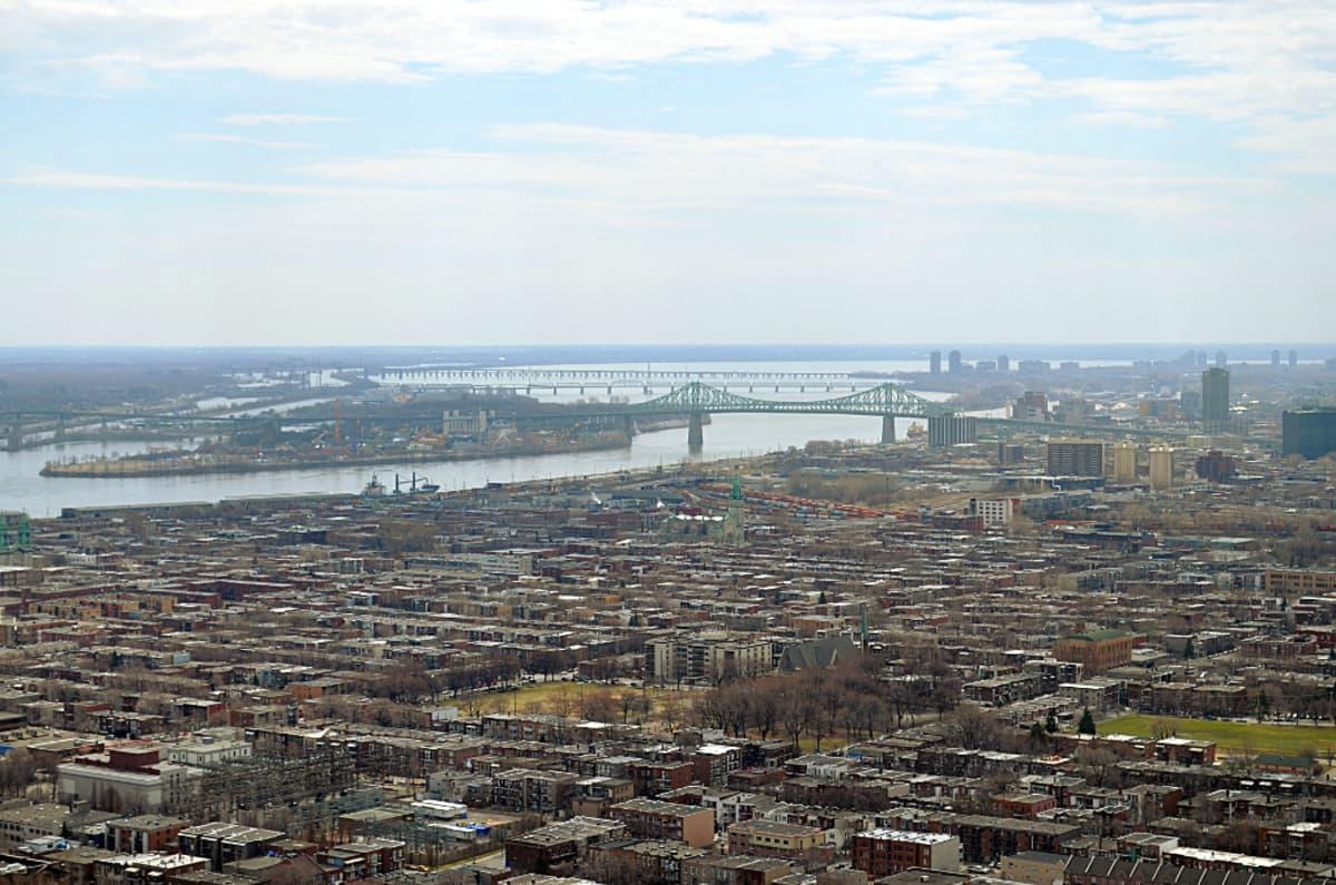Montralin kaupunkia halkoo Saint Lawrence joki, joka yhdistää Suuret järvet Saint Lawrencen lahteen Atlantin valtameressä.