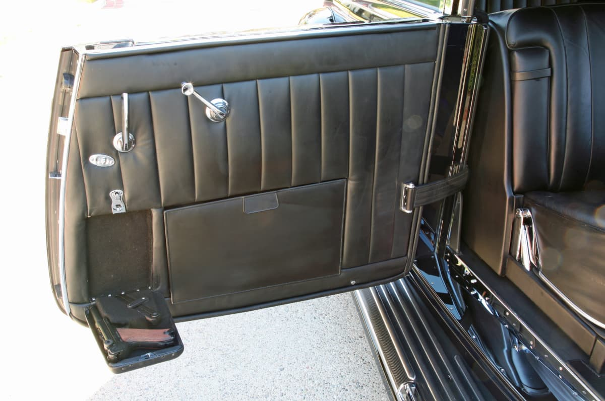 Auton oven sisäpuoli, jossa asetasku.