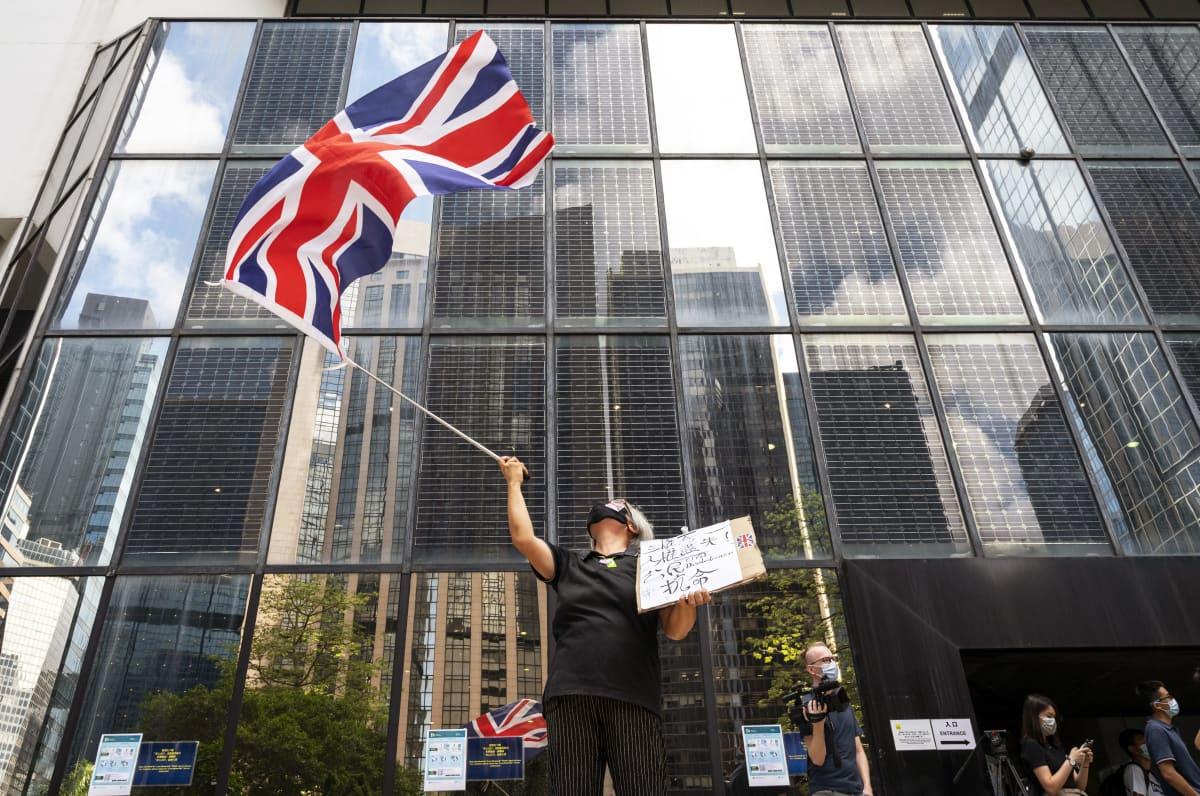 Mielenosoittaja heiluttaa britannian lippua.