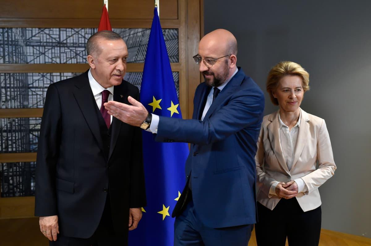 Erdogan, Michel ja von der Leyen tapasivat Brysselissä.