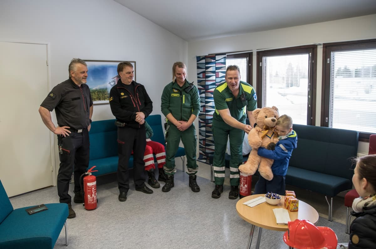 Palomiehet ja ensihoitajat palkitsivat Kasper Poikelan muun muassa nallella