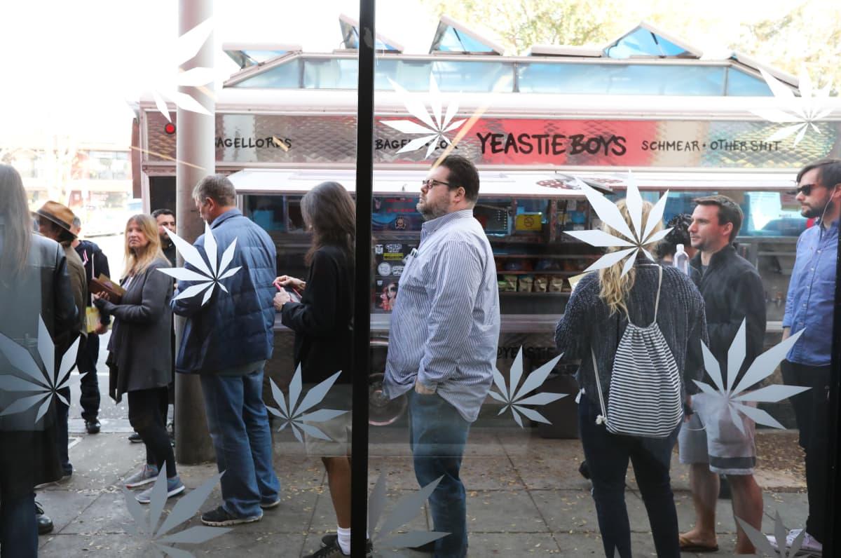 Ihmiset jonottivat ostamaan kannabis-tuotteita Länsi-Hollywoodin alueella Kaliforniassa.