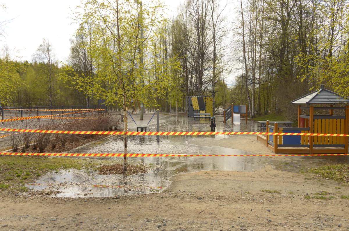 Pullinpuiston leikkipaikassa tulvavettä