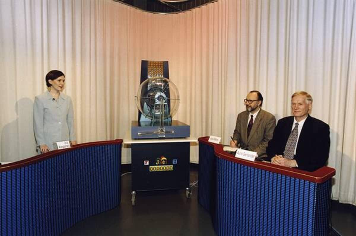 Virallinen valvoja Aulis Gerlander lottostudiossa vuonna 1999.