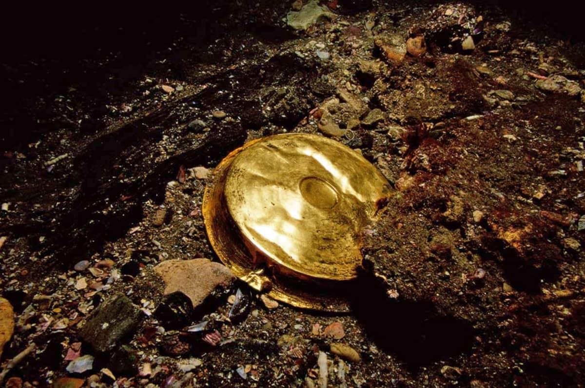 Kuhmuinen kultavati merenpohjassa.