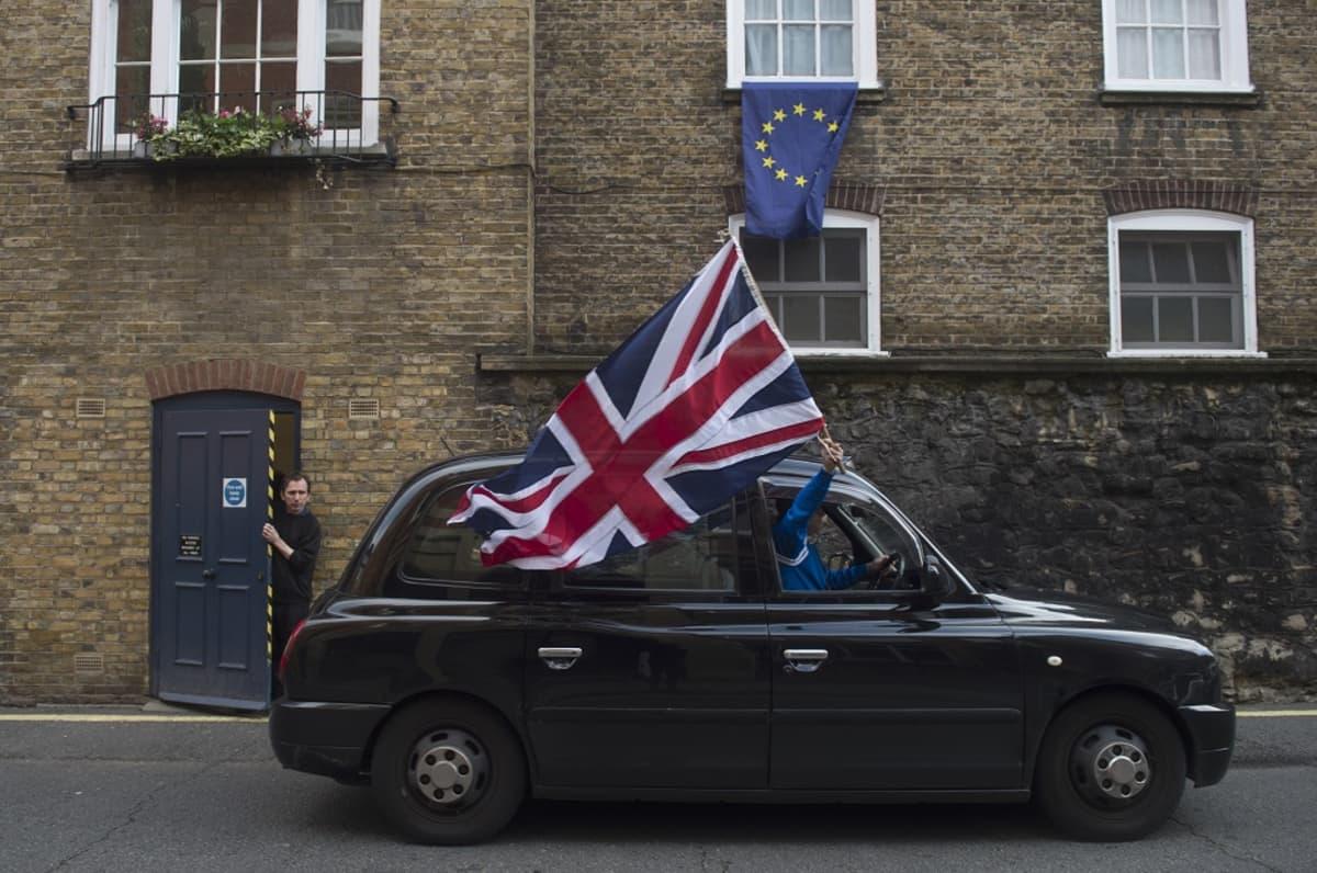 Lontoolaistaksi liehuttaa Britannian lippua kansanäänestyksen ratkettua EU-eroa puoltavien hyväksi.