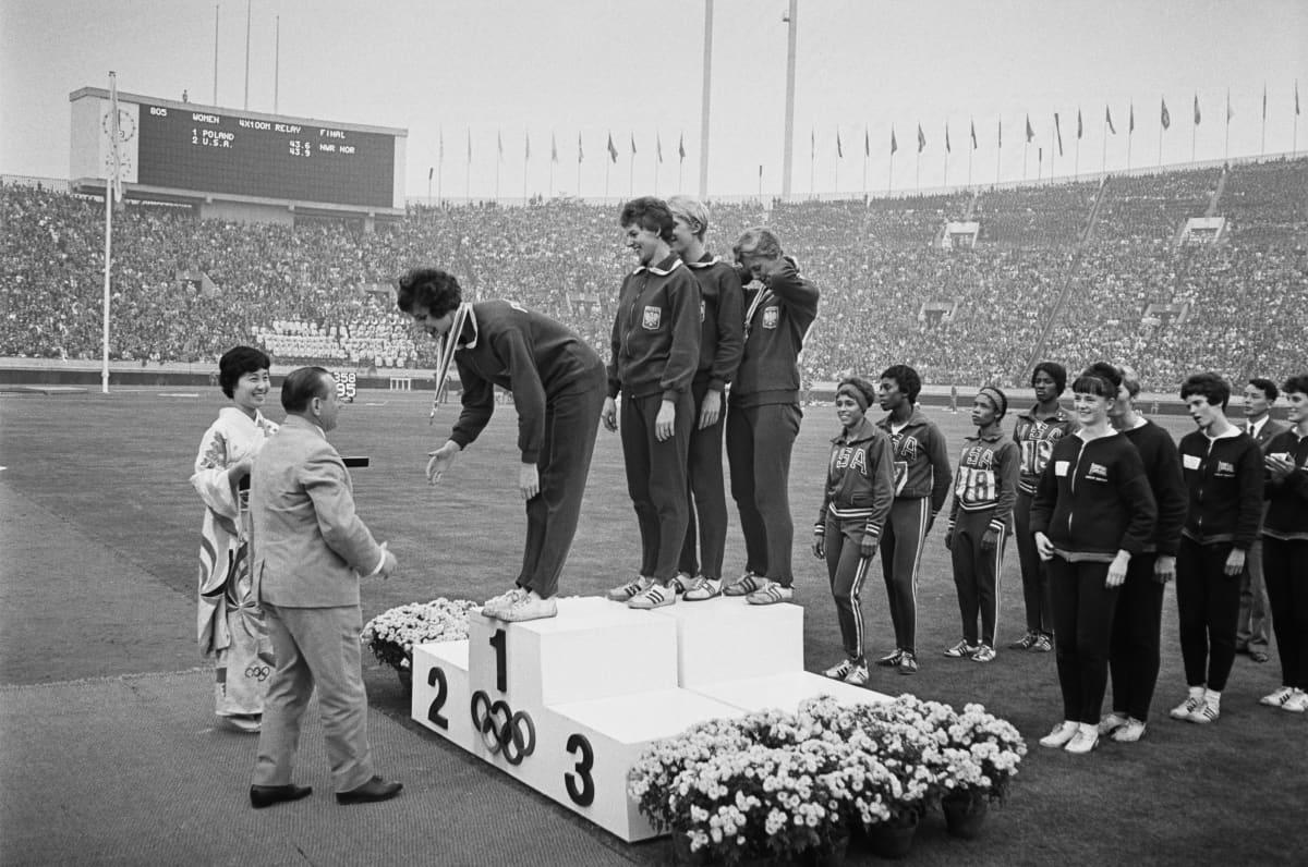 Puolan joukkueen Teresa Cieply, Irena Kirszenstein, Halina Gorecka ja Ewa Klobukowska saivat kultamitalinsa voitettuaan 100 metrin viestin 21. lokakuuta 1964 kesäolympialaisten aikana Kansallisstadionilla Tokiossa.