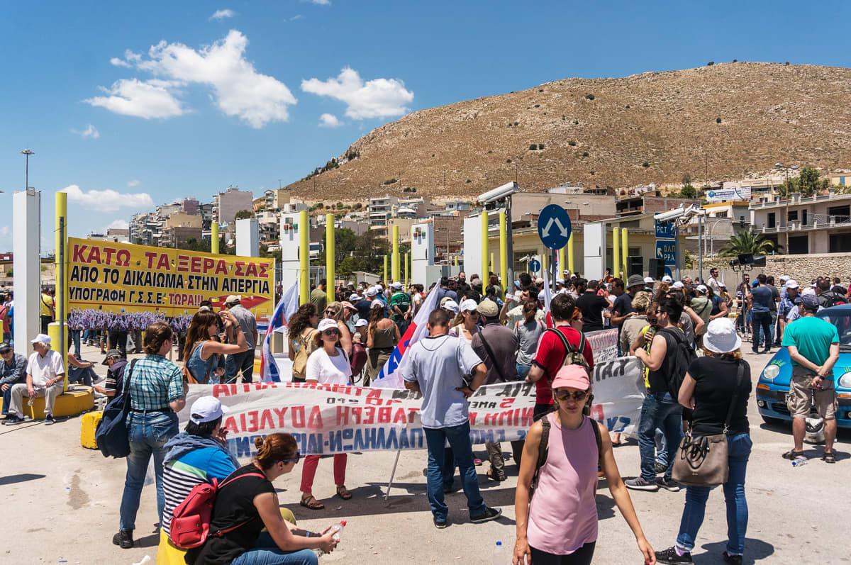 Pireuksen sataman työntekijät osoittivat mieltään sataman edustalla toukokuun lopussa. Protestoijat vastustivat vuokratyön lisäämistä ja  palkanalennuksia.