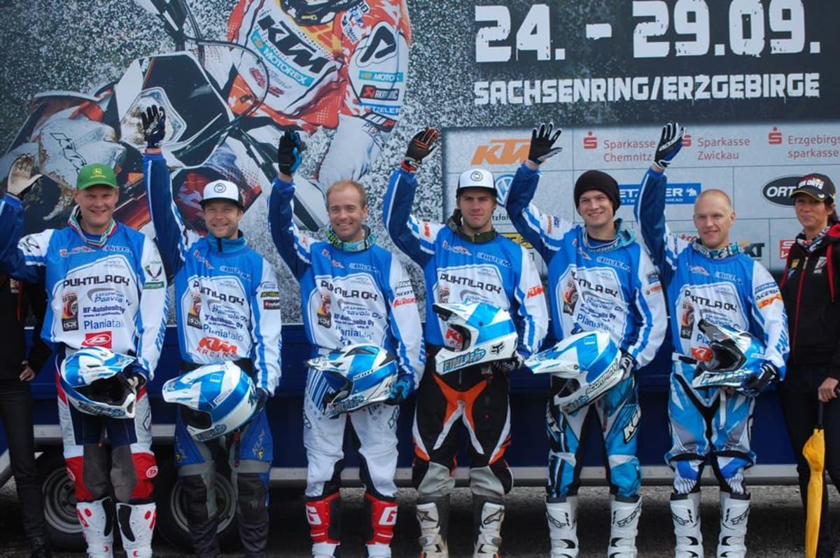 Miesten enduromaajoukkue Marko Tarkkala, Jari Mattila, Juha Salminen, Roni Nikander ja Antti Hellsten.