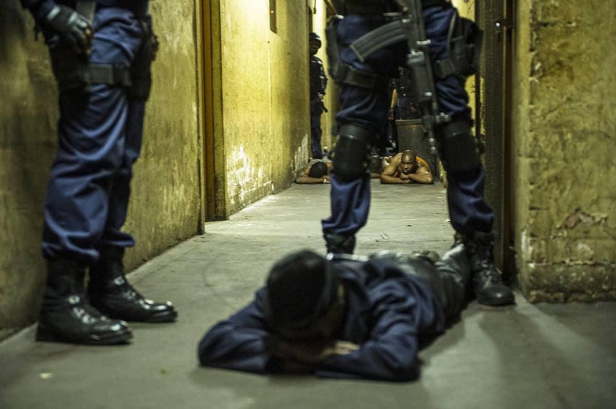 Etelä-Afrikan poliisi teki ratsian Jeppestown-alueen hostelleja Johannesburgissa 21. huhtikuuta. Poliisi etsi alueen maahanmuuttajien kimppuun hyökänneitä jengejä.