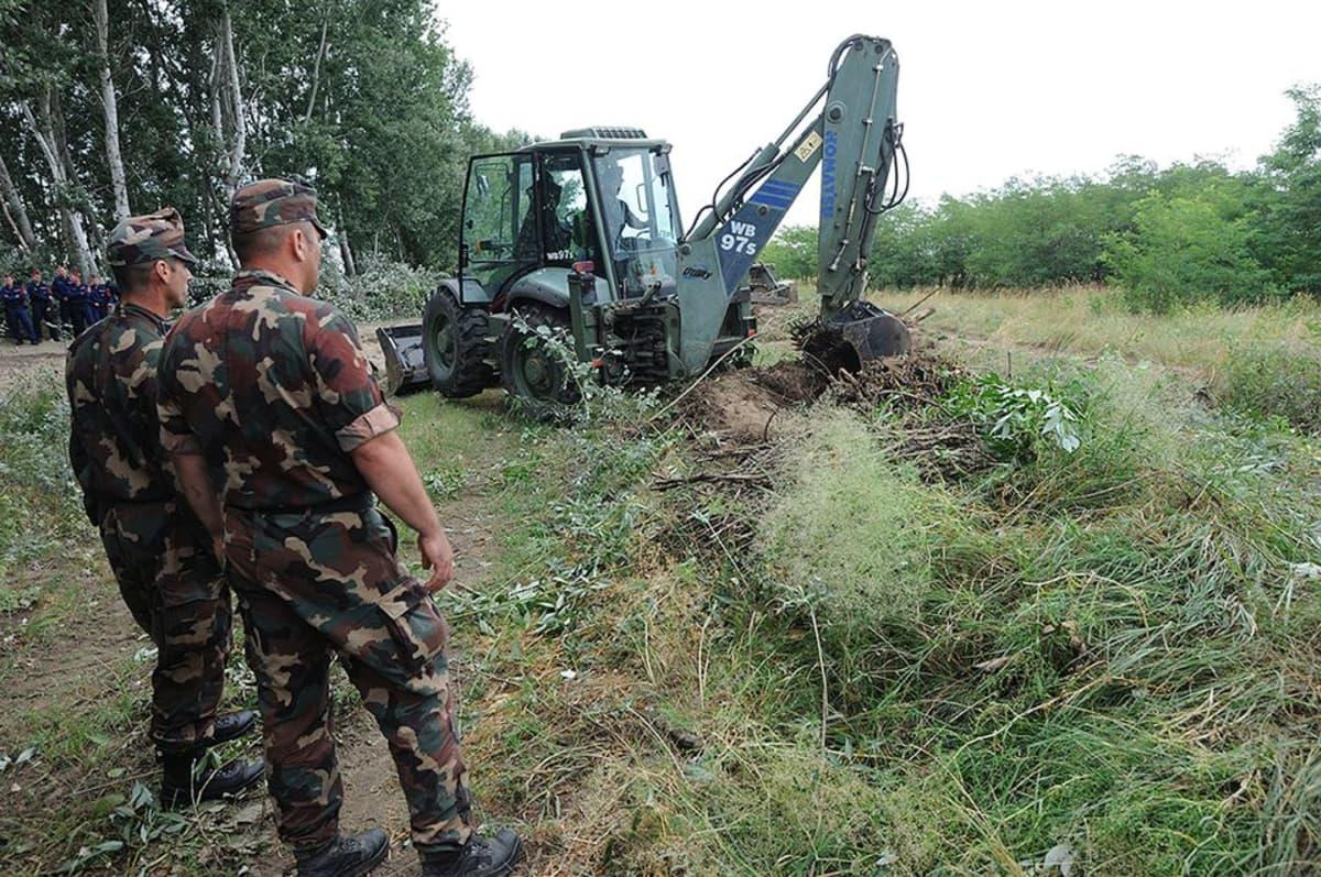 Kauhakuormaaja tasoittaa maata Unkarissa