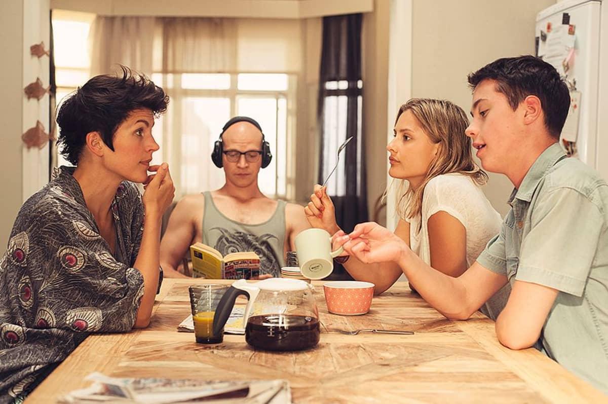 Riku Niemisen roolihahmo lukee kirjaa kauimpaisena Ollaan Vapaita -elokuvassa. Muut näyttelijät vasemmalta oikealle: Maria Ylipää, Pihla Maalismaa ja Johannes Brotherus.