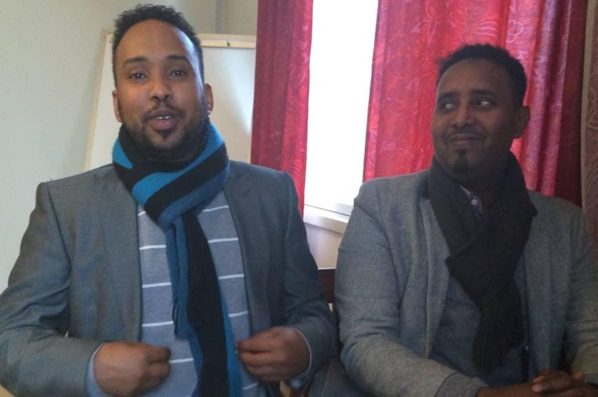 Tulkki Ahmed Ibrahim ja kulttuurisihteeri Mohamed Makaran Ahmed.