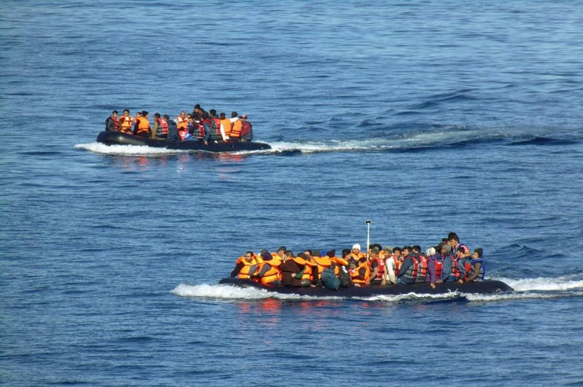 Pakolaisia kumiveneissä Lesboksen rannikolla.