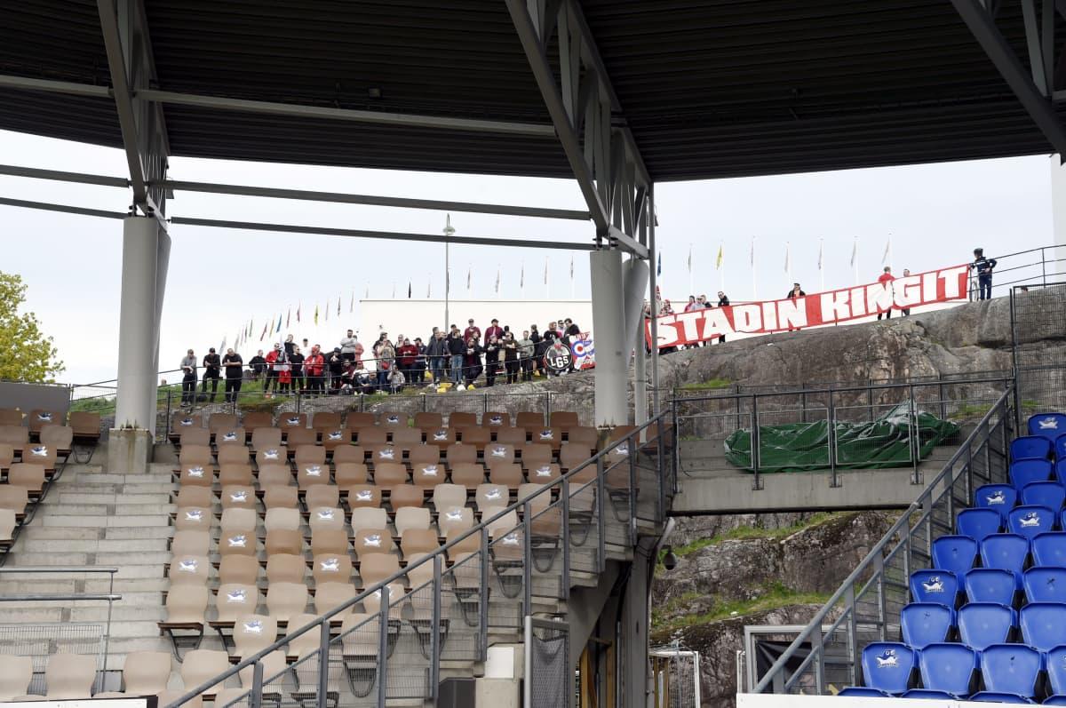 HIFK:n faneja stadionin ulkopuolella Veikkausliigan ottelussa