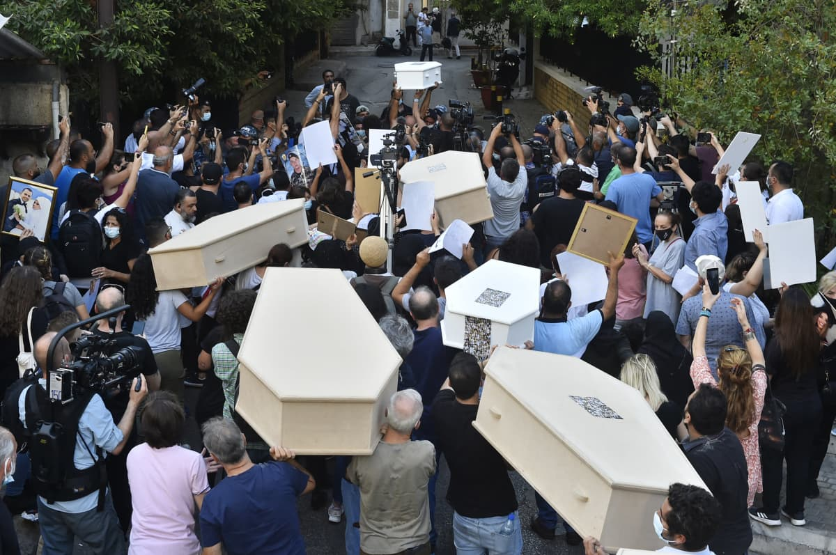 Mielenosoitus Beirutissa.   Relatives of the victims of Beirut Port blast gather in front of the house of Lebanon s Interior Minister, Mohammad Fahmi during a protest demanding the fair conduct of the investigation for the explosion in the Port of Beirut on Aug 4th in 2020