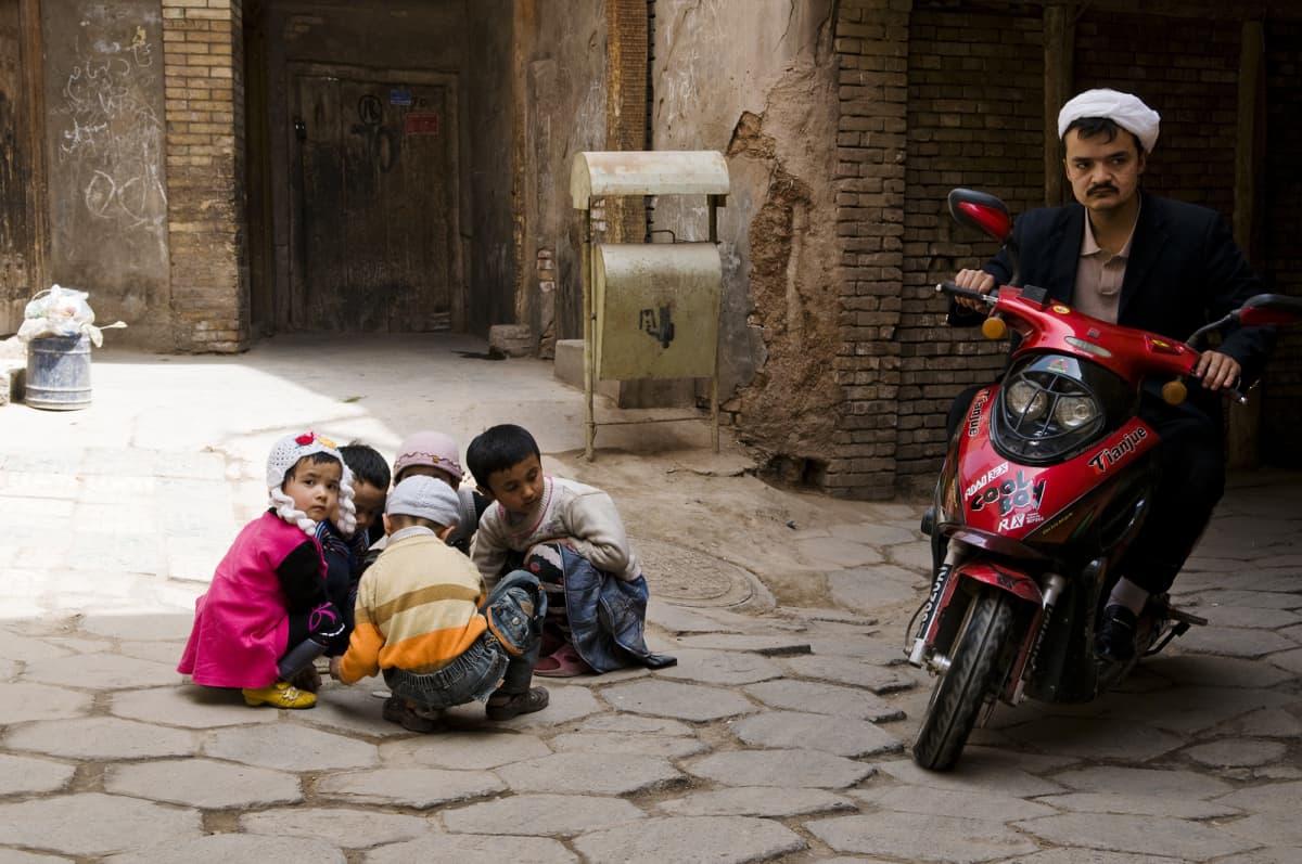 Kuvassa on lapsia Kashgarin kadulla heinäkuussa 2009.