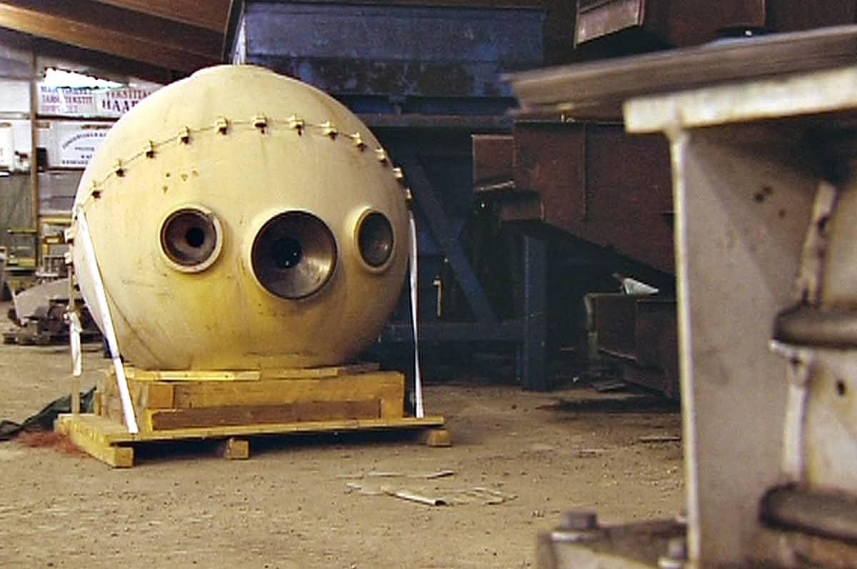 Neuvostoliiton Tiedeakatemia tilasi v. 1984 suomalaisilta kolme syvänmeren sukellusalusta. Miehistöpallo, joka unohtui vuosiksi suomalaiseen varastoon.