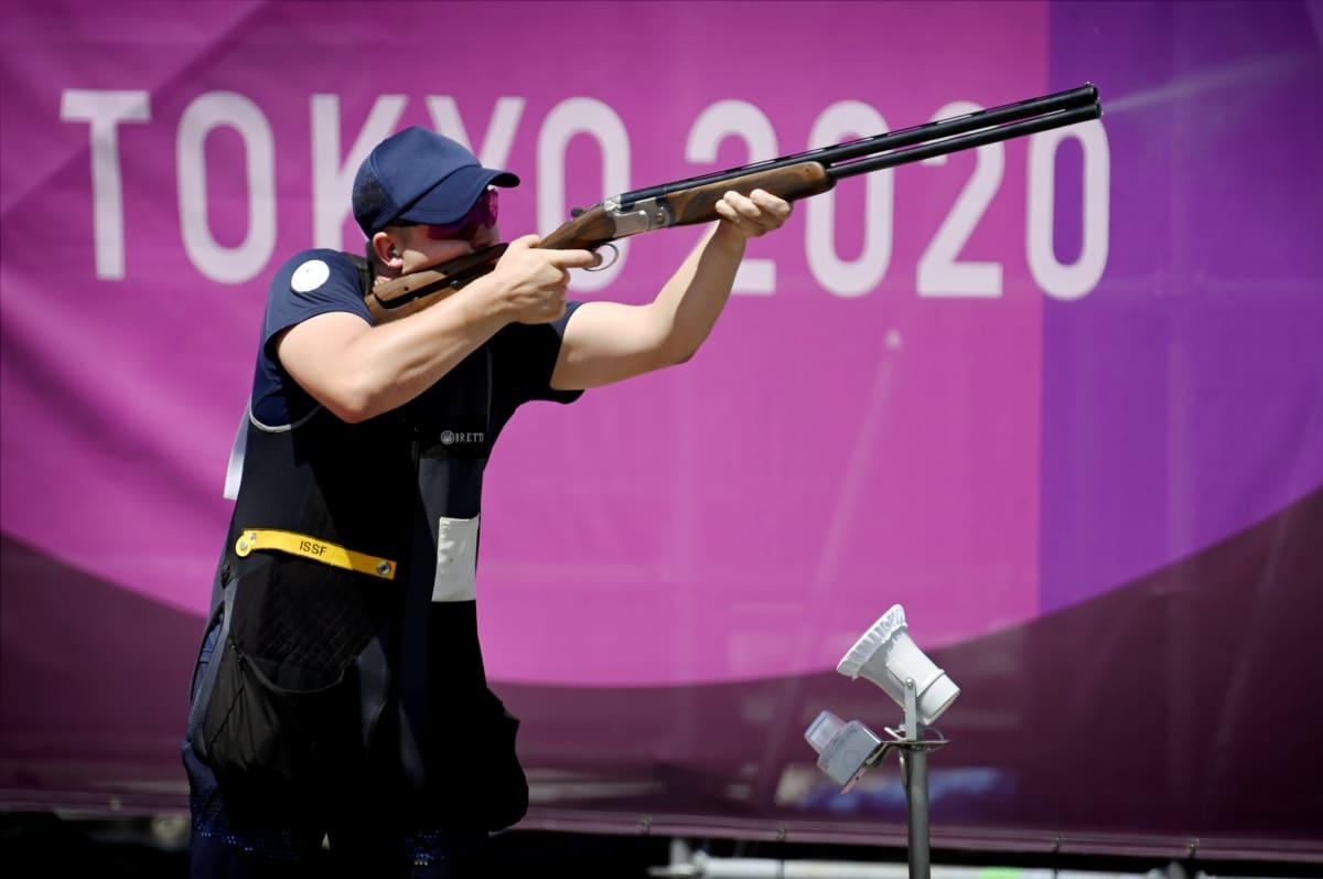 Eetu Kallioinen tähtää Tokion olympialaisten skeet-karsinnassa.