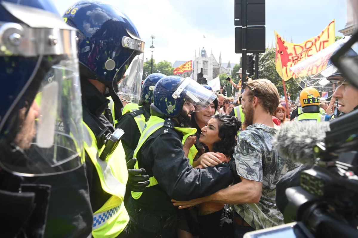 Mellakkapoliisit ja mielenosoittajat ottavat yhteen.