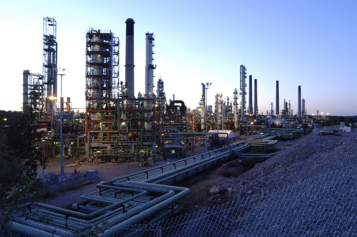 Oljeraffinaderi i skymningen.