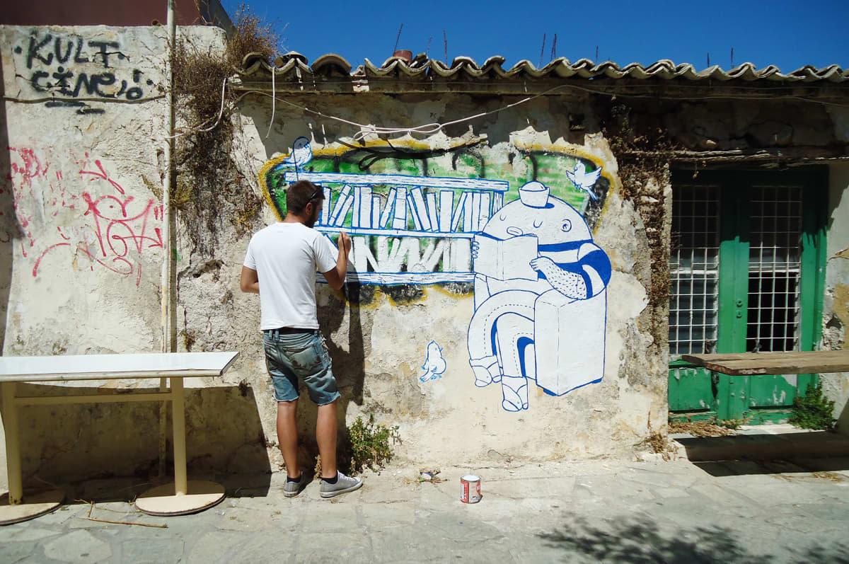 Katutaiteilija Dreyk the Pirate maalaa muutamassa tunnissa syntyviä graffiteja mutta myös muraaleja.