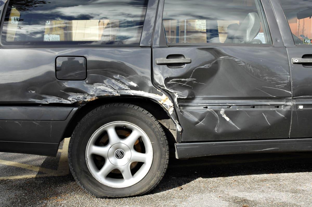 Kolhittu auto parkkipaikalla
