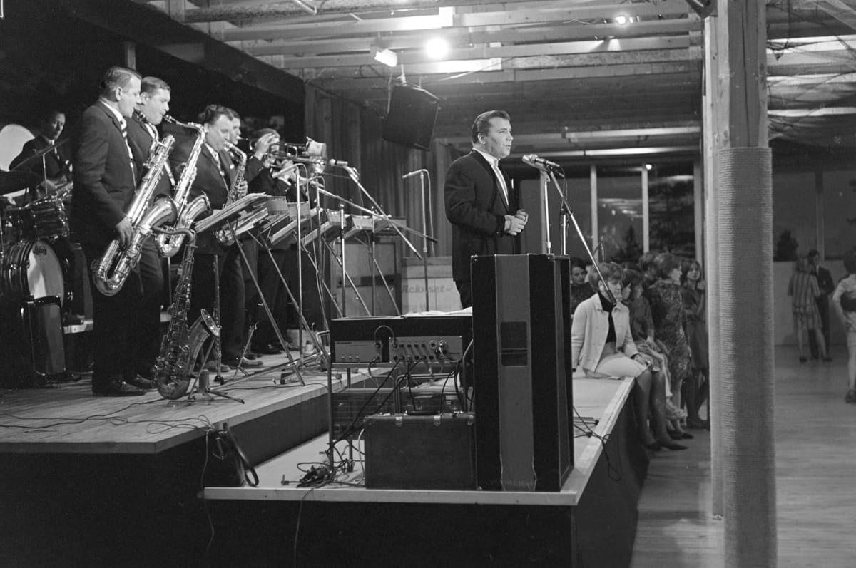 """Yleisradion televisio-ohjelma """"Kun tango soi"""".  Eino Grön ja Ossi Malisen orkesteri esiintyy."""