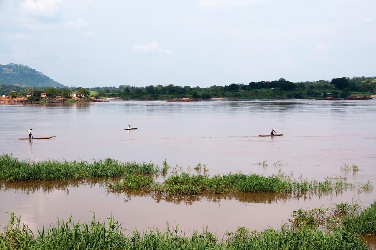 Kalastajia Ubangi-joella Keski-Afrikan tasavallassa.