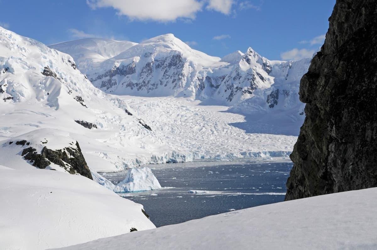 Lumisia kallioita, jäinen meri.