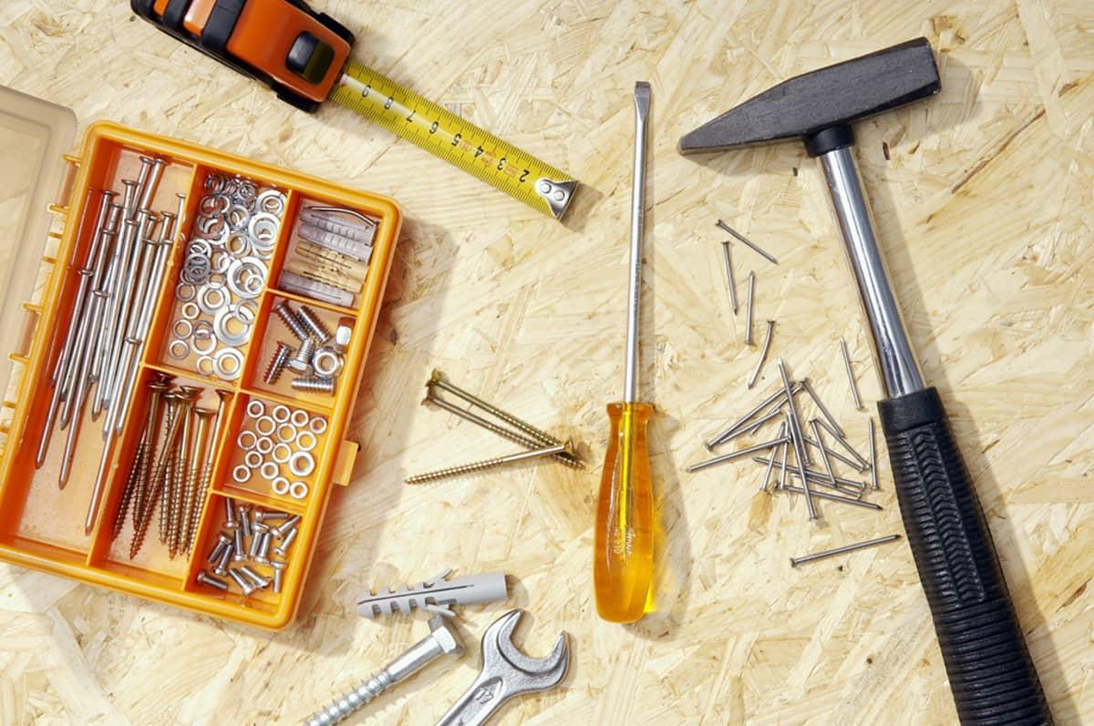 Työkaluja vanerilevyn päällä.