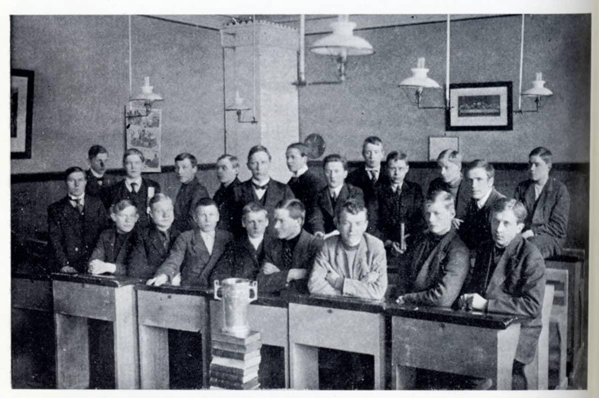 Turun suomalaisen klassisen lyseon kuudes luokka.