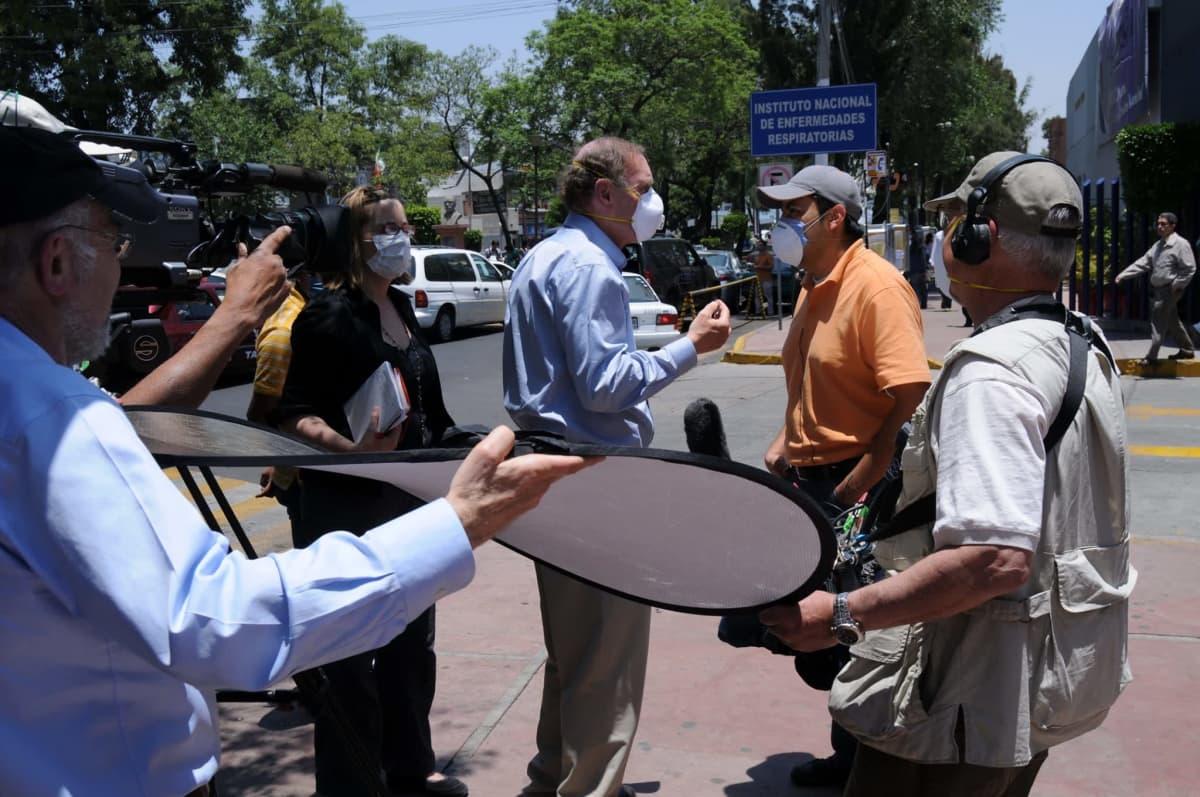 TV-toimittaja tekee haastattelua sairaalan ulkopuolella Méxicossa