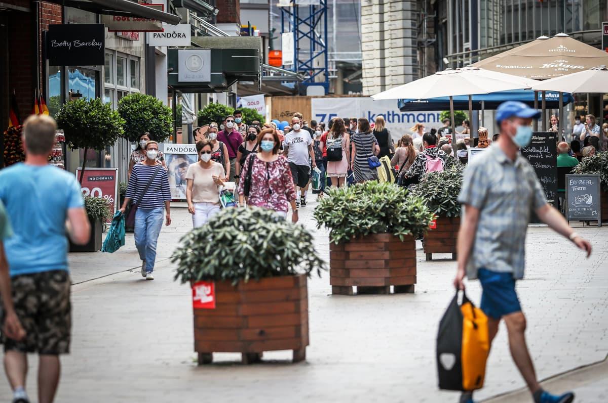 Ihmisiä kävelemässä kadulla Bremenissä