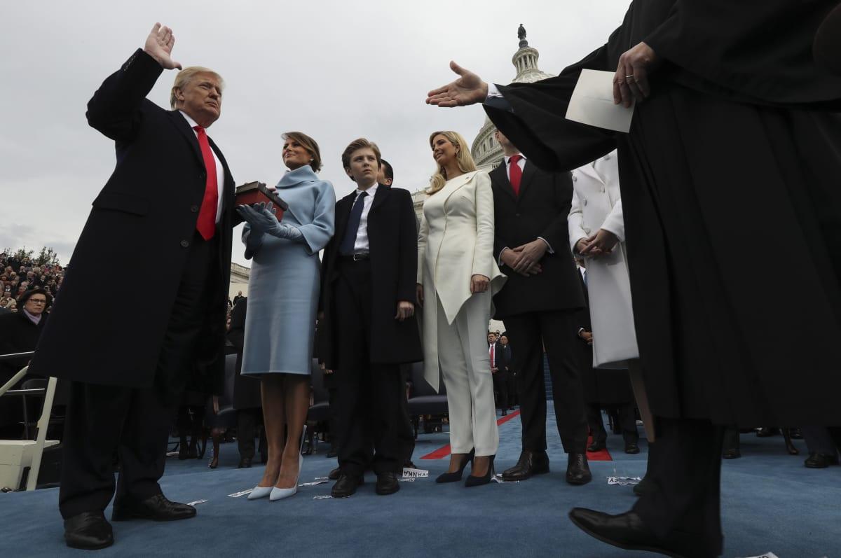 Presidentti Donal Trump vanoo virkavalan virkaanastujaisseremoniassaan Washingtonissa tammikuussa 2017.