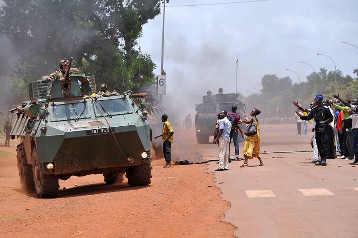 Ranskalaisia sotilaita partioi tankeissaan Banguin yliopiston lähellä 12. maaliskuuta. Yliopiston lähellä oli mielenosoituksia.