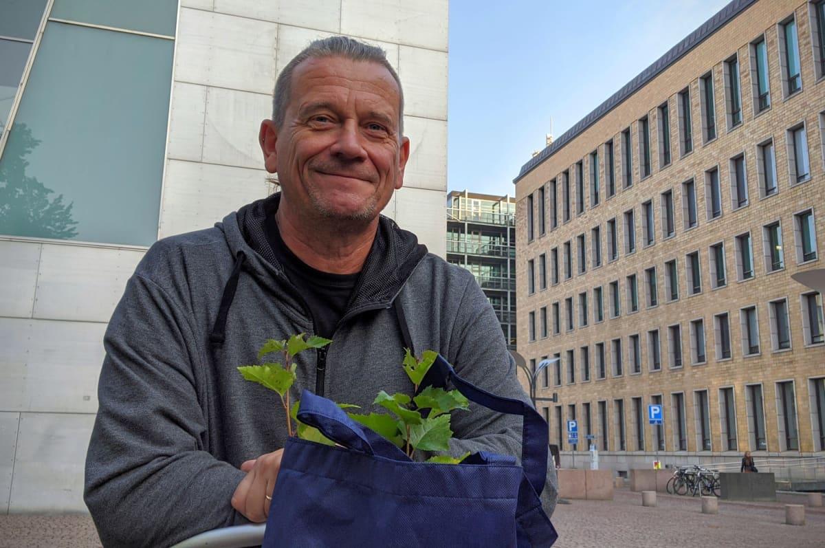 Marko Aro tuli kaupunkipyörällä Kiasmalle noutamaan puuntaimia.