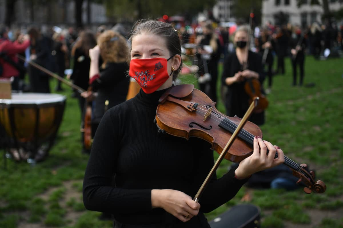 Freelance-muusikot vetosivat brittihallintoon Lontoossa Parlamentin aukiolla 6. lokakuuta 2020. Koronarajoitusten takia monien työskentely on mahdotonta.